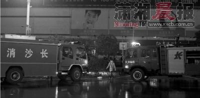 2月9日,星沙易初莲花一楼起火,消防车赶到现场组织救援.图/记者