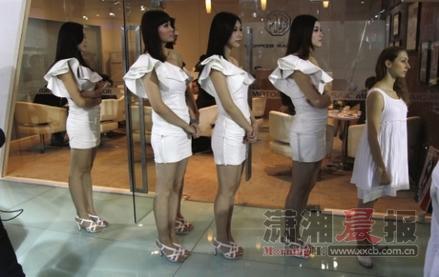 华剑/听说不穿高跟鞋的模特可以站到第一个。图/记者华剑