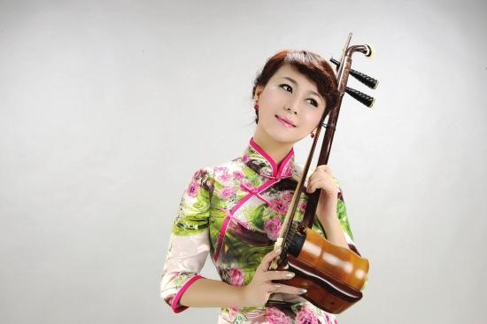 本报长沙讯 2007年,蔡霞第一次登上维也纳金色大厅,让湖南本土乐器大筒的乐音在世界最高音乐殿堂回荡。 六年之后,维也纳国家广播交响乐团将来到长沙。作为唯一隶属奥地利联邦政府的国家交响乐团,该团将在2013年元旦,为湖南观众带来原汁原味的维也纳风情。 非常期待维也纳国家广播交响乐团的表演,他们会给很多湖南观众带来一个不一样的新年。