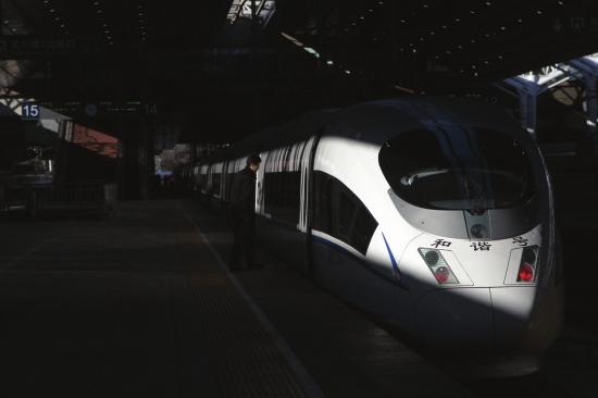铁路春运难就难在运能严重不足。从目前来看,高铁的发展正一步步破解着铁路运能瓶颈。虽然京广高铁暂不能从根本上改变春运运力紧张的局面,但却能在一定程度上有效缓解铁路春运一票难求的现状。广铁集团相关负责人 全长2298公里,从广州一路向北直抵首都,纵贯京冀豫鄂湘粤六省市28城市,影响的人口近4亿。12月26日,京广高铁通车,作为中国南北社会经济发展新的大通道,业内人士用新国脉来比喻和形容。 这一天,长沙市民郭莎莎掰着手指头在算过年去河南坐哪趟高铁,面对即将到来的春运,她觉得应该会比往年轻松点。 这