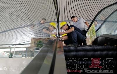 西子奥的斯长沙分公司的维修人员在为电梯做例行保养