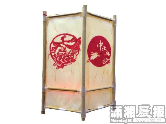 鲤鱼灯     材料:卡纸,刻刀,铅笔,图钉或双面胶,中国结,蜡烛或