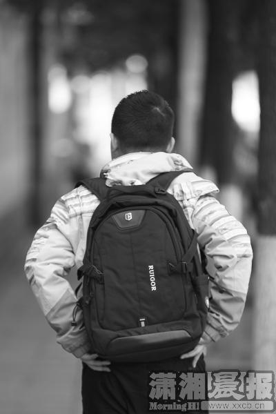 小孩背包上学简笔画