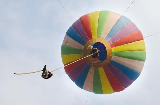 5月3日,世界首次百米热气球徒手攀爬软绳