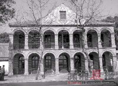正立面以赭红色为基调,方形立柱,七连弧形门窗,壁面堆塑西式缠枝花纹