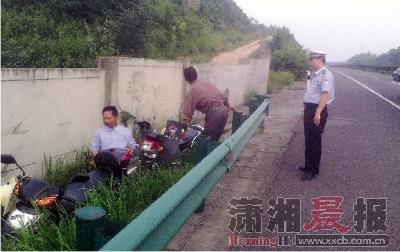 该车队由4台摩托车和3辆自行车组成,过往