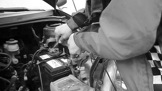 维修人员认为丰田威驰轿车需花600元更换发电机.组图/视频截图