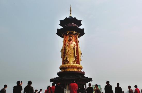 古寿圣寺三面药师佛塔,塔高81米,佛像高36米.