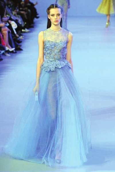 那个品牌服装是有蕾丝花式的,但唐嫣的礼服则没有.