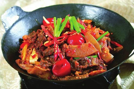 热辣鲜香的带皮黄牛肉牛杂火锅.