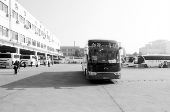 2月12日,长沙汽车南站过渡站,长沙开往湘潭的客运大巴正在发车.