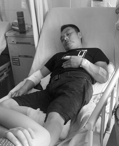 6月16日,长沙市中医医院,正在病床上   接受治疗的李鑫全.