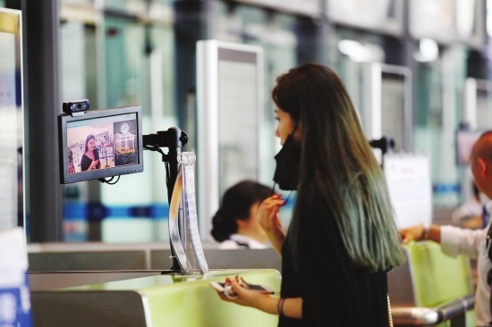 目前,黄花国际机场16条国内航班安检通道安装人证比对辅助识别系统,并