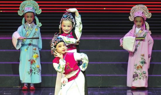 特色鲜明的戏曲舞蹈,激情豪迈的红歌合唱以及呆萌可爱的人偶表演,博得