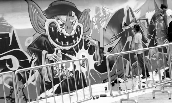 6月18日,长沙海信广场外墙上的涂鸦比赛现场,广州kapscrew团队正在