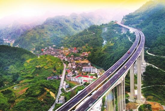 """这条高速公路沿线风景非常优美,被众多网友称为湖南""""最美高速""""."""