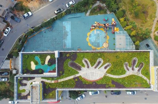 9月30日,长沙市天心区天悦嘉园小区,幼儿园的屋顶绿化成了可爱的图案