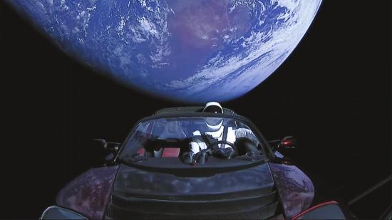 带着一辆红色特斯拉电动跑车,世界现役最强大重型运载火箭猎鹰重型飞向遥远的火星,这可能带来一场新的太空竞赛。 据新华社电 现役世界最强大运载火箭猎鹰重型6日成功发射,在约10万人的现场围观下,携带着一辆红色特斯拉电动跑车飞往火星。这种火箭推力大、可回收,被认为将重塑重型运载火箭行业的游戏规则。 当地时间15时45分(北京时间7日4时45分),猎鹰重型从美国佛罗里达州肯尼迪航天中心39A发射台腾空而起,拖着熊熊尾焰直入蓝天。1969年,土星5号火箭正是从这座发射台升空,首次将人类送往月球。