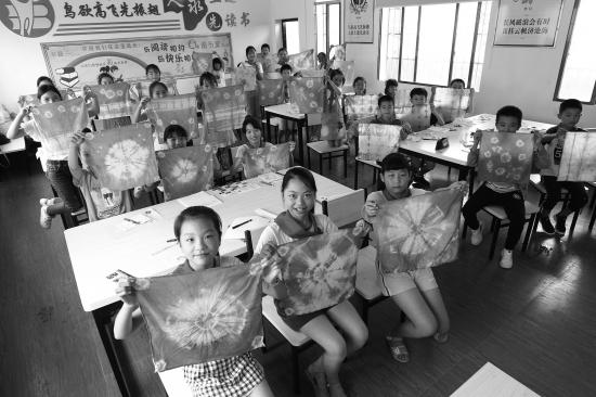 9月6日,湘乡市横铺中心小学,小学们展示自己刚扎染的完成初中.升一中孩子作品路大光图片