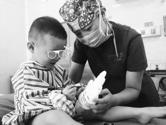 """术后,龙龙的爸爸妈妈知道了这件事情,十分感动,点赞医护人员""""很有爱"""